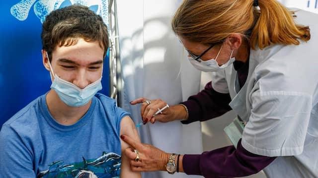 Schutz auch für Jugendliche: Impfung eines Teenagers am Samstag in Tel Aviv