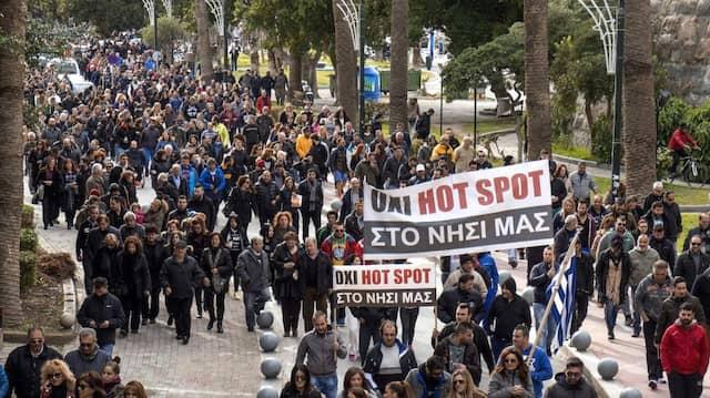 Bewohner von Kos demonstrieren gegen das geplante Registrierzentrum auf der Insel.