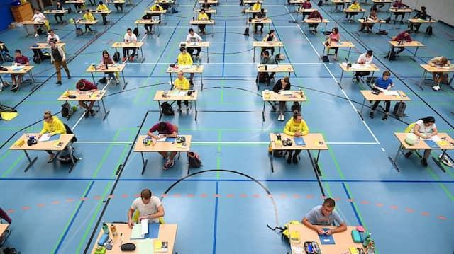 Mit Abstand am besten: Schon im vergangenen Jahr wurden die schriftlichen Abiturprüfungen unter Pandemie-Bedingungen abgelegt.