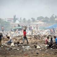Männer arbeiten im April 2015 am Stadtrand von Accra auf einer Müllhalde aus Elektroschrott.