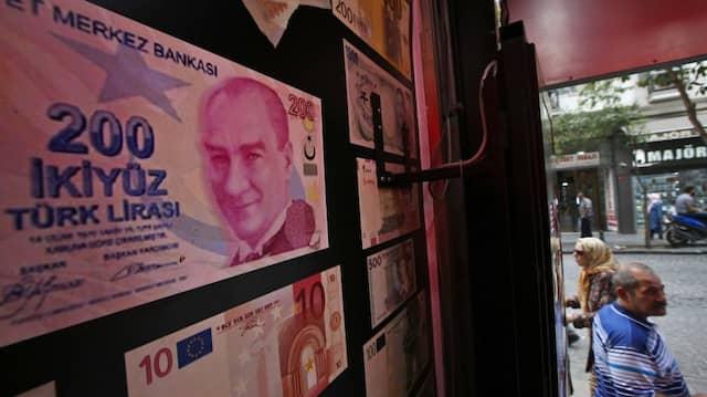 Übergroße Kopie einer türkischen Lira-Banknote mit einem Foto von Mustafa Kemal Atatürk in einer Wechselstube in Istanbul.