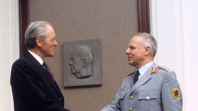 Günter Kießling bei Bundespräsident Karl Carstens