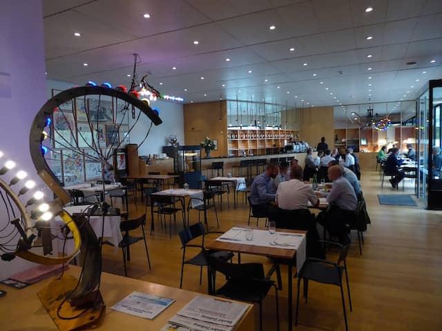 """""""Chez Jeannot"""" ist unverkennbar das Café im Museum Tinguely, dem Künstler mit den filigranen mechanischen Installationen."""