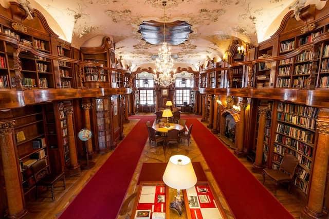 Die Bibliothek im Schloss Leopoldskron.