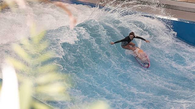 Surferin im Berliner Wellenwerk in Lichtenberg