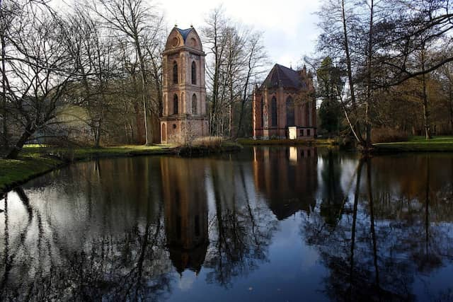 Blick in den Schlosspark: Die umliegenden Wälder waren einst herzogliches Jagdrevier.