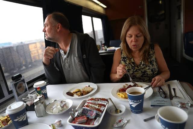"""Wer will da noch Bus fahren? Im Speisewagen des neuen """"Zephyr"""" zwischen Chicago und San Francisco, der auch in Denver hält – die Finanzierung des Angebots ist unter der neuen Regierung allerdings gefährdet."""