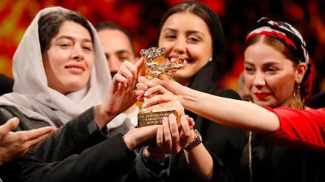 """Großer Jubel: Mitwirkende des iranischen Gewinnerfilms """"Es gibt kein Böses"""" mit ihrem Goldenen Bären."""