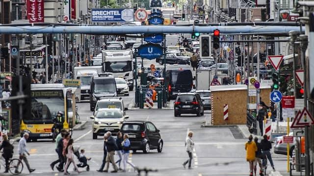Eine Stadt, die nie für Autos geplant war: Verkehr auf der Berliner Friedrichstraße.
