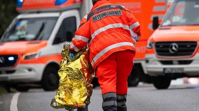 Nach dem Unfall: Kinder werden von Notfallsanitätern betreut.