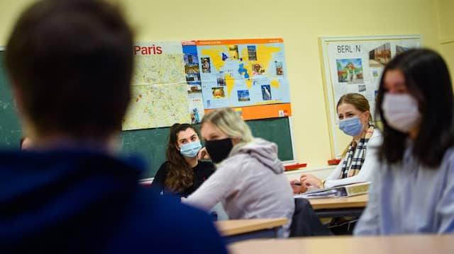 Schule mit Maske: Wird es nach den Ferien noch Präsenzuntericht geben?