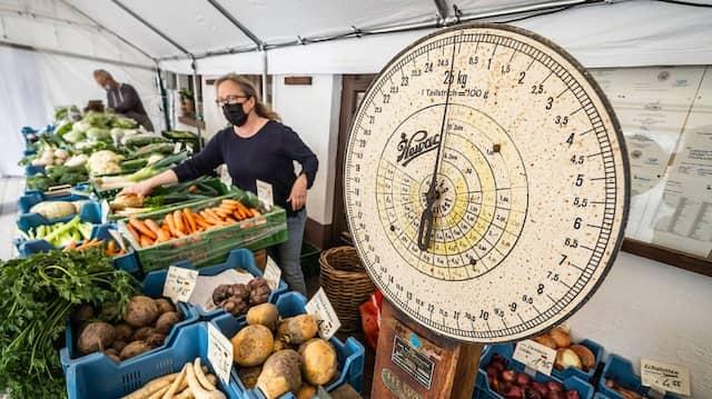Viel zu tun: Inhaberin Katharina Damm-Kliem (links) steht hinter der alten Pistwaage am Gemüsestand.
