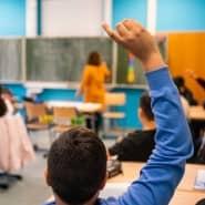 Fingerzeig: Nach den Sommerferien sollen alle Schülerinnen und Schüler wieder in die Schule gehen