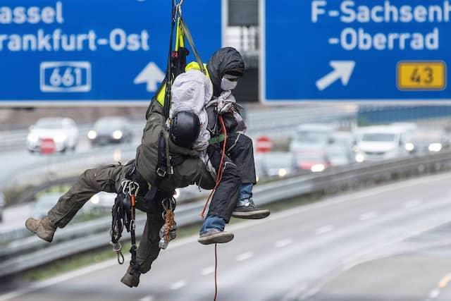Hängepartie: Schon im Oktober sorgten Aktivisten an Autobahnbrücken mit ihren Protesten gegen Rodungen im Dannenröder Forst für Polizeieinsätze und Sperrungen