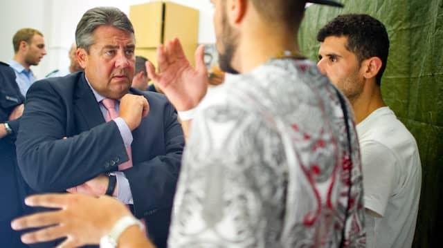 Beeindruckt: Gabriel am Hauptbahnhof im Gespräch mit Flüchtlingen