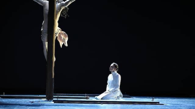 """Kreuz, Kräuter, Knabe: Als """"Suor Angelica"""" entfaltet Olesya Golovneva große dramatische Kraft in einer Inszenierung, die Rätsel aufgibt."""