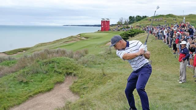 Viele Bunker, aber schöne Aussicht: Der Amerikaner Bryson DeChambeau übt im Whistling Straits Golf Course für den  Ryder Cup.