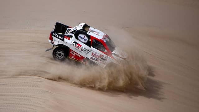 Sie stecken den Kopf nur scheinbar in den Sand: Giniel De Villiers und Dirk von Zitzewitz liegen bei der Dakar in Führung.