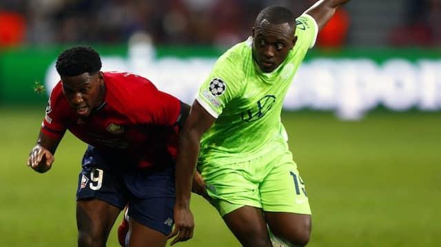 Unermüdlich: Jonathan David (l) vom OSC Lille gegen Kevin Mbabu vom VfL Wolfsburg