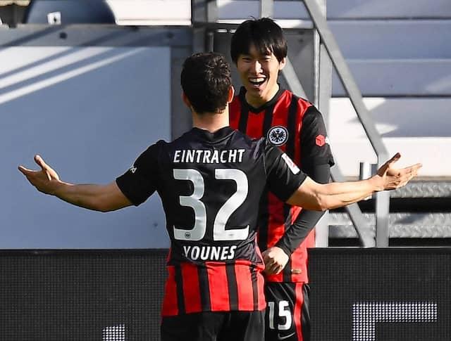 Glücksmomente: Younes freut sich mit Torschütze Kamada über die Kombination, die zum 1:0 führte .