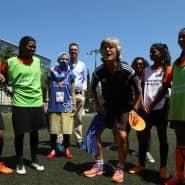 Voller Energie: Monika Staab, die einst den FFC Frankfurt zu Siegen führte, leitet beim Training junge Spielerinnen an.