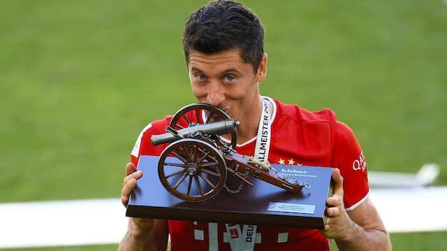 """Durch den """"Kicker"""" geprägt: die """"Torjägerkanone"""" als Auszeichnung für den erfolgreichsten Schützen einer Bundesligasaison, 2020 Robert Lewandwoski"""