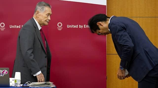 Die Form wahren: Die japanischen Organisatoren mit Toshiro Muto (rechts) und Yoshiro Mori wollen vereinfachte Spiele.