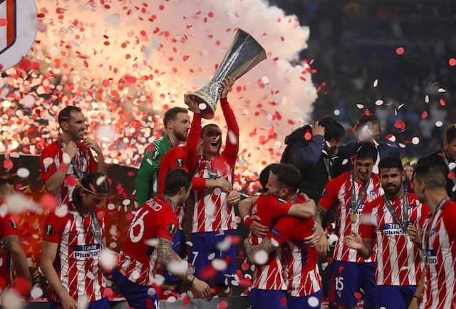 Antoine Griezmann von Atlético Madrid jubelt mit dem Pokal.