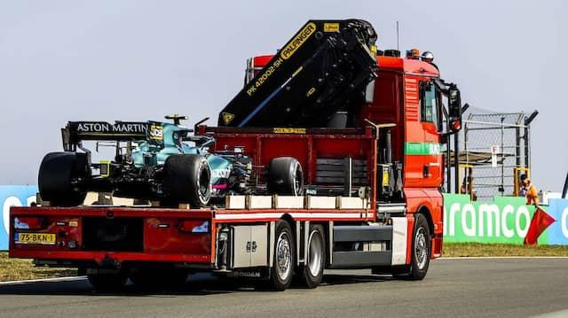 Kein schönes Bild für Vettel: Sein Aston Martin auf dem Abschleppwagen
