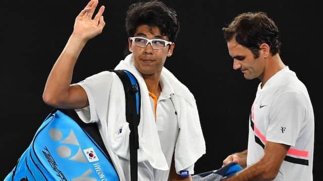 Chung Hyeon (links) musste im Halbfinale gegen Roger Federer verletzt aufgeben.