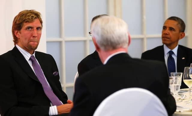 Beim Staatsbankett zu Ehren des amerikanischen Präsidenten Obama im Juni 2013 in Berlin sitzt Dirk Nowitzki mit am Tisch.