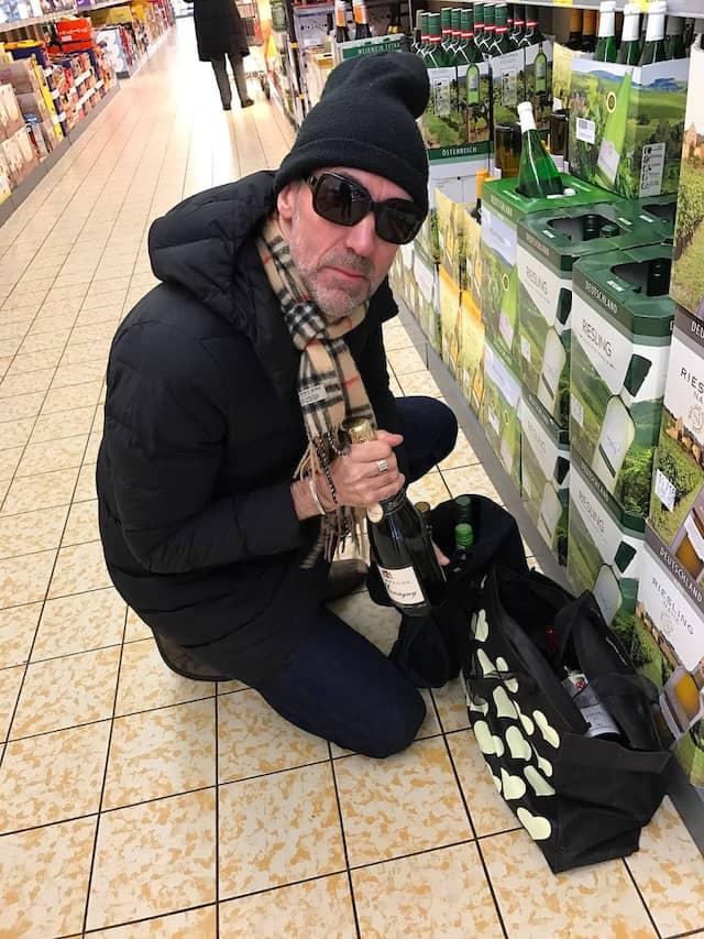 Sondersituation Supermarkt: Weintester Pigott in der Aldi-Filiale beim Einkauf.