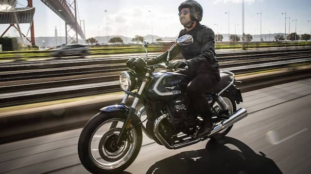 Ehrliches Eisen: Die Moto Guzzi V7 Special bringt frischen Wind an die Nase.