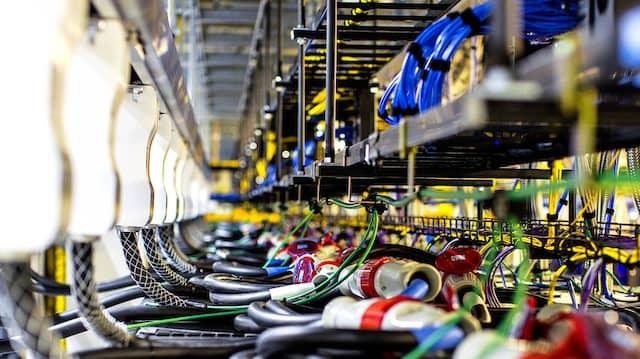 Die meisten Anbieter kaufen von der Stange, Marktführer Amazon Web Services (AWS) baut sich sogar seine Kabel selbst.
