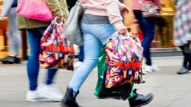 Die Konsummuster verändern sich. Plastiktüten sind längst verpönt. Dem Klimaschutz ist damit allerdings kaum gedient.