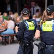 Polizisten kontrollieren Ende Juni im Hamburger Schanzenviertel die Einhaltung des Alkoholverbote.