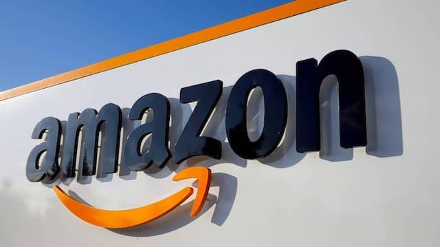 Logo von Amazon an einem Gebäude des amerikanischen Unternehmens
