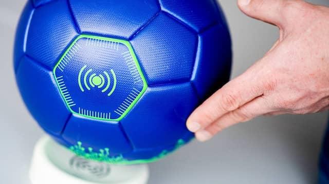 Der smarte Fußball auf einer kabellosen Ladestation