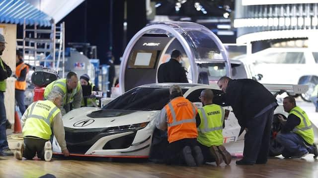 Letzte Wartung vor dem Messestart: Die Auto-Show in Detroit ist das erste Schaulaufen und Diskussionsforum der Branche in diesem Jahr.