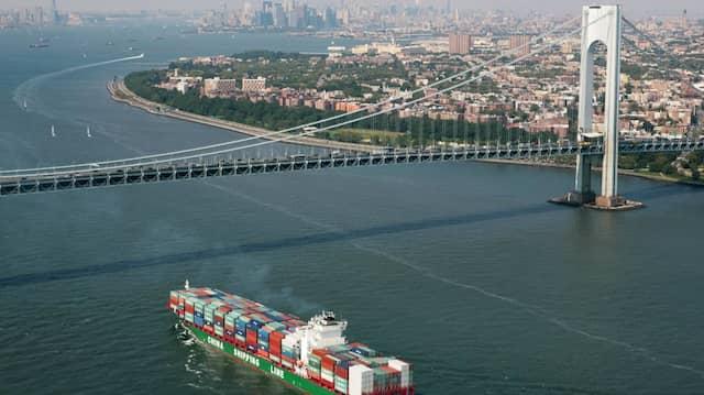 Ein Container-Schiff bringt Waren aus dem Ausland nach New York.