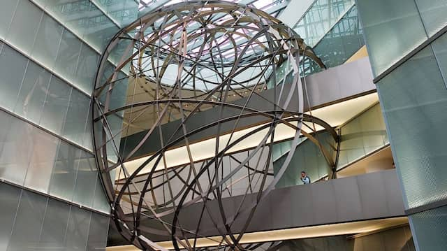 Im Foyer der Deutschen Bank: Die Doppeltürme zählen zu den umweltfreundlichsten Hochhäusern der Welt, was Energieverbrauch und CO2-Ausstoß betrifft.