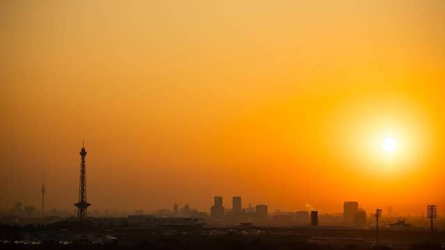 Die Sonne geht auf hinter Berlin.
