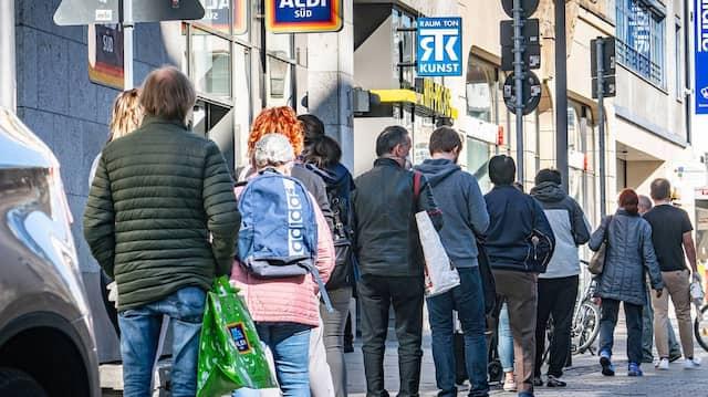 Menschen drängen in die Geschäfte - aber mit Abstand.