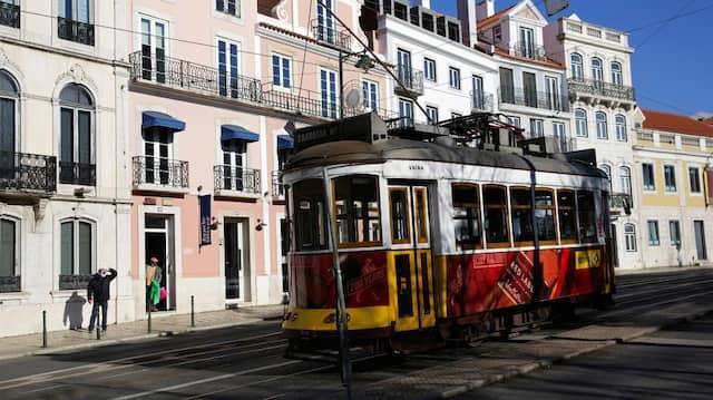 Straßenbahn in Lissabon: In Portugals Hauptstadt steigt die Zahl der Delta-Infektionen.