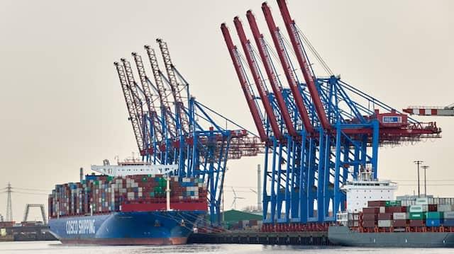 Kunde und Besitzer: Ein Containerfrachter von Cosco liegt am Terminal Tollerort