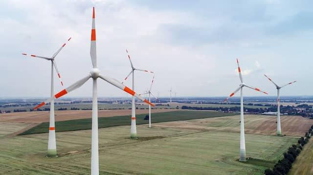 Windräder auf einem Feld in Brandenburg
