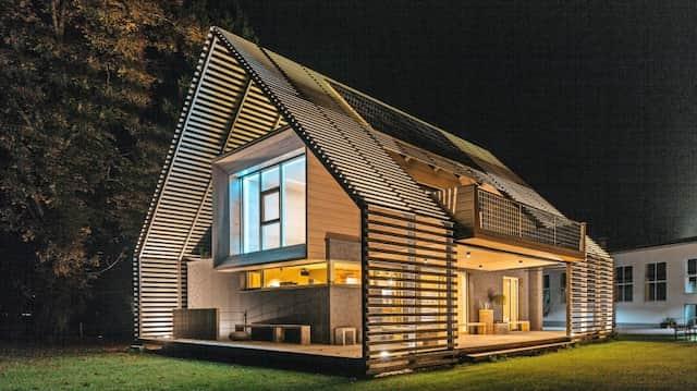 Klug bis unters Spitzdach: Das Modellhaus des  Smart-Home-Herstellers  Loxone verschattet, heizt, kühlt und leuchtet von ganz allein –   und erfüllt dabei Passivstandard.