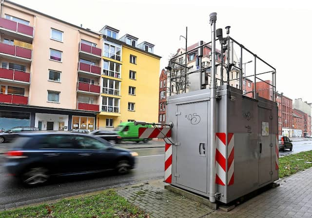 Eine Messstation zur lufthygienischen Überwachung von Feinstaub und Stickstoffoxiden steht nahe einer Hauptverkehrsstraße in Hannover.