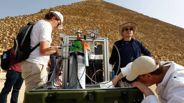 Wissenschaftler des Scan Pyramid Project installieren am Ende Mai2016 in vor der Cheops-Pyramide in Gizeh ein Messgerät zum Nachweis von kosmischen Myonen.