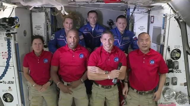Der Bildausschnitt von NASA-TV zeigt die Crew von SpaceX Dragon (vorne, von links), Shannon Walker, Victor Glover, Mike Hopkins und Soichi Noguchi sowie die Crew der Internationalen Raumstation (hinten,von links) Kate Rubins, Expedition 64-Kommandeur Sergey Ryzhikov und Sergey Kud-Sverchkov.